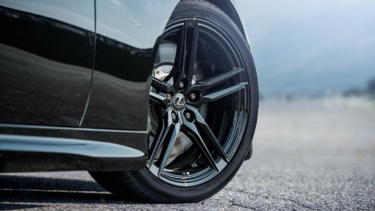 Lexus sẽ không sử dụng màu đỏ hoặc xanh Nori đặc trưng trên LC Aviation, mà chỉ có màu bạc, trắng và đen. Mẫu xe màu đen tuyệt đẹp trên hình sử dụng la-zăng 21 inch hợp kim 5 chấu kép, cũng màu đen giống phần lớn ngoại thất của xe.