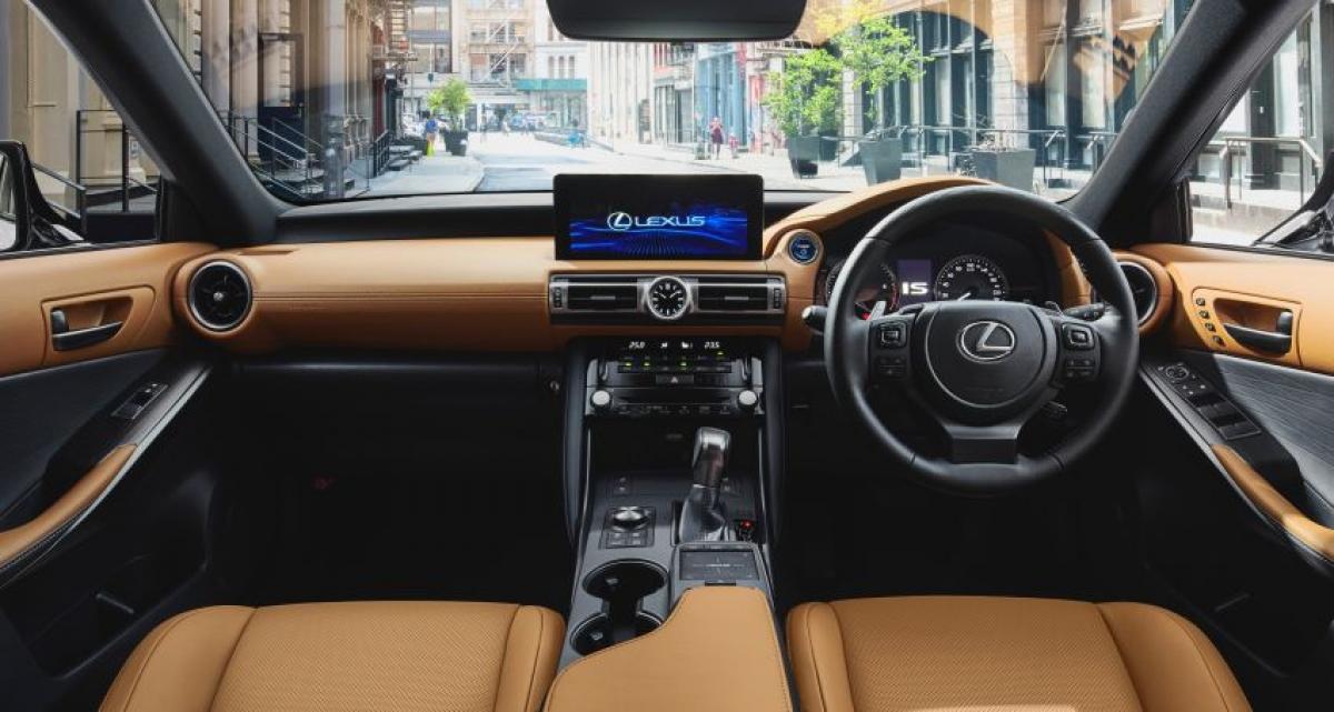 Trong khi bên ngoài được điều chỉnh một cách toàn diện thì nội thất lại khá tương đồng so với mẫu trước đó từ vô lăng, cụm đồng hồ và bảng điều khiển trung tâm. Thiết kế cửa gió dạng tròn mới, giá để cốc được định vị lại, phối màu 2 tông và màn hình cảm ứng 10,3 inch hỗ trợ kết nối Apple CarPlay và Android Auto.