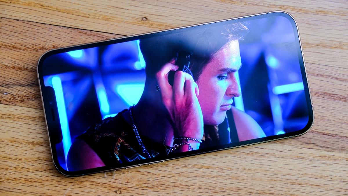 Với kích thước 6,7 inch, màn hình Super Retina XDR trên iPhone 12 Pro Max là màn hình lớn nhất mà Apple từng đưa vào một chiếc iPhone. Theo đánh giá ban dầu, nó vừa tuyệt đẹp lại vừa có nhược điểm. Tuyệt đẹp vì nó rất sáng để sử dụng ngoài trời, có thể tăng độ sáng lên đến 1.200 nits khi hiển thị video HDR. Nhược điểm là màn hình chỉ hỗ trợ tần số làm mới 60 Hz, thấp hơn so với nhiều đối thủ cao cấp như Galaxy Note20 vốn lên đến 120 Hz.