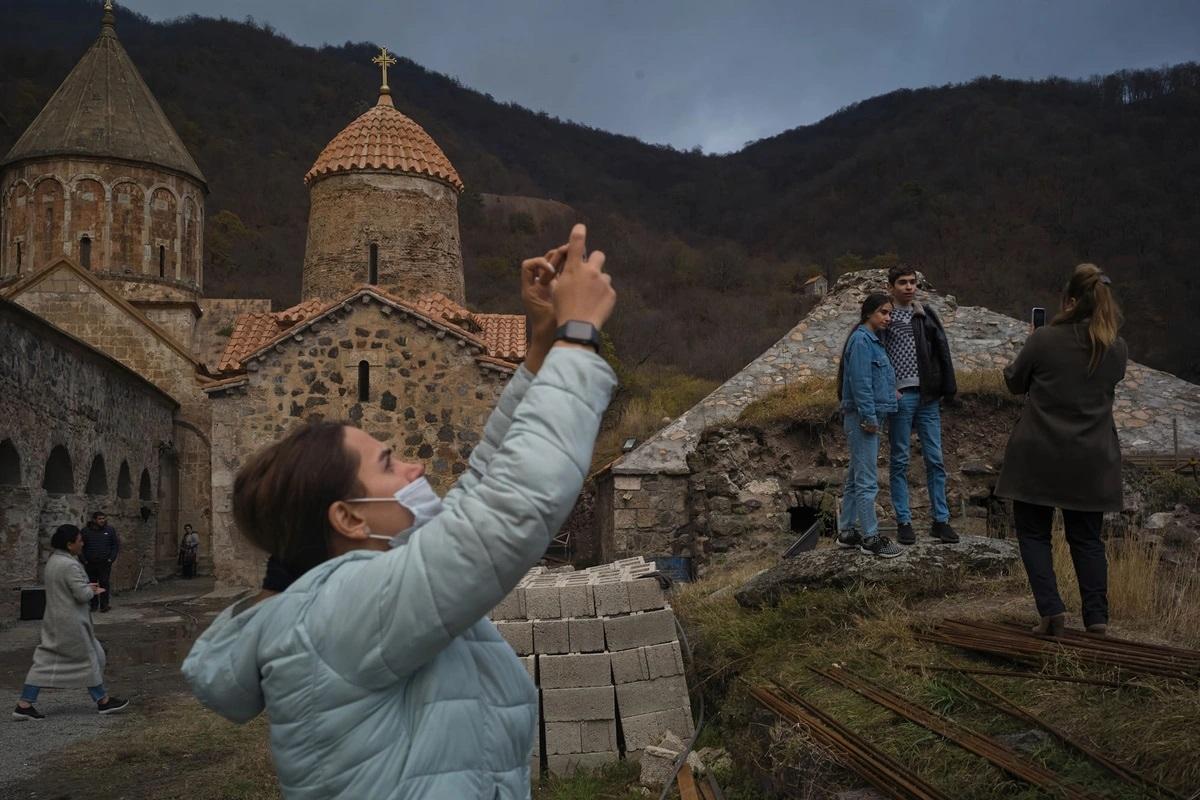 Người dân tộc Armenia tranh thủ chụp ảnh trước khi rút lui khỏi nơi họ sinh sống. Ảnh: Getty.