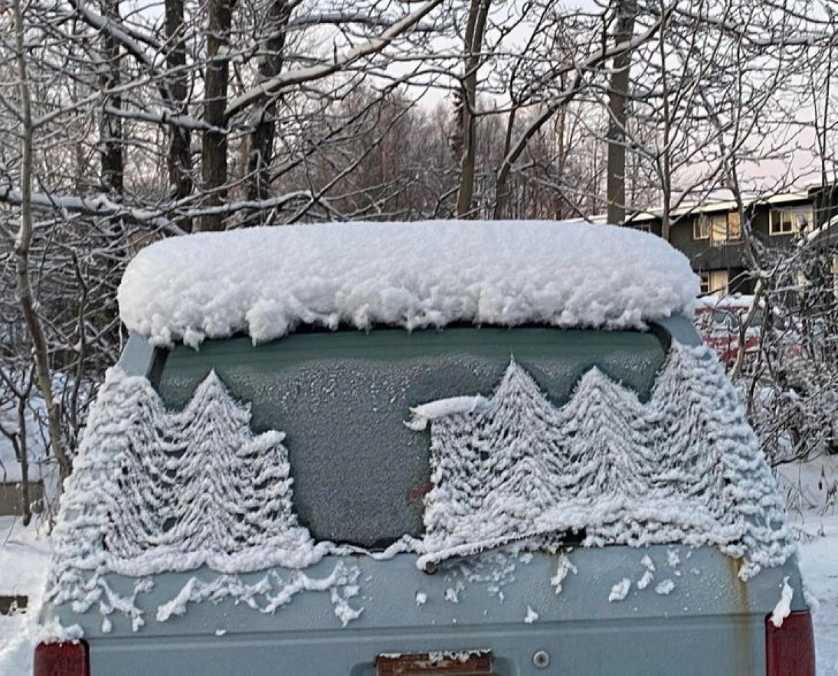Tuyết đọng lại trên chiếc ô tô tạo nên bức tranh phong cảnh tuyệt đẹp ngày Giáng sinh.