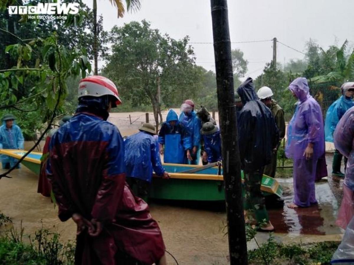 Tại huyện Hương Khê (Hà Tĩnh), 8 xã thấp trũng đã bị cô lập, chính quyền gấp rút sơ tán 43 hộ dân với 149 nhân khẩu đến nơi an toàn.