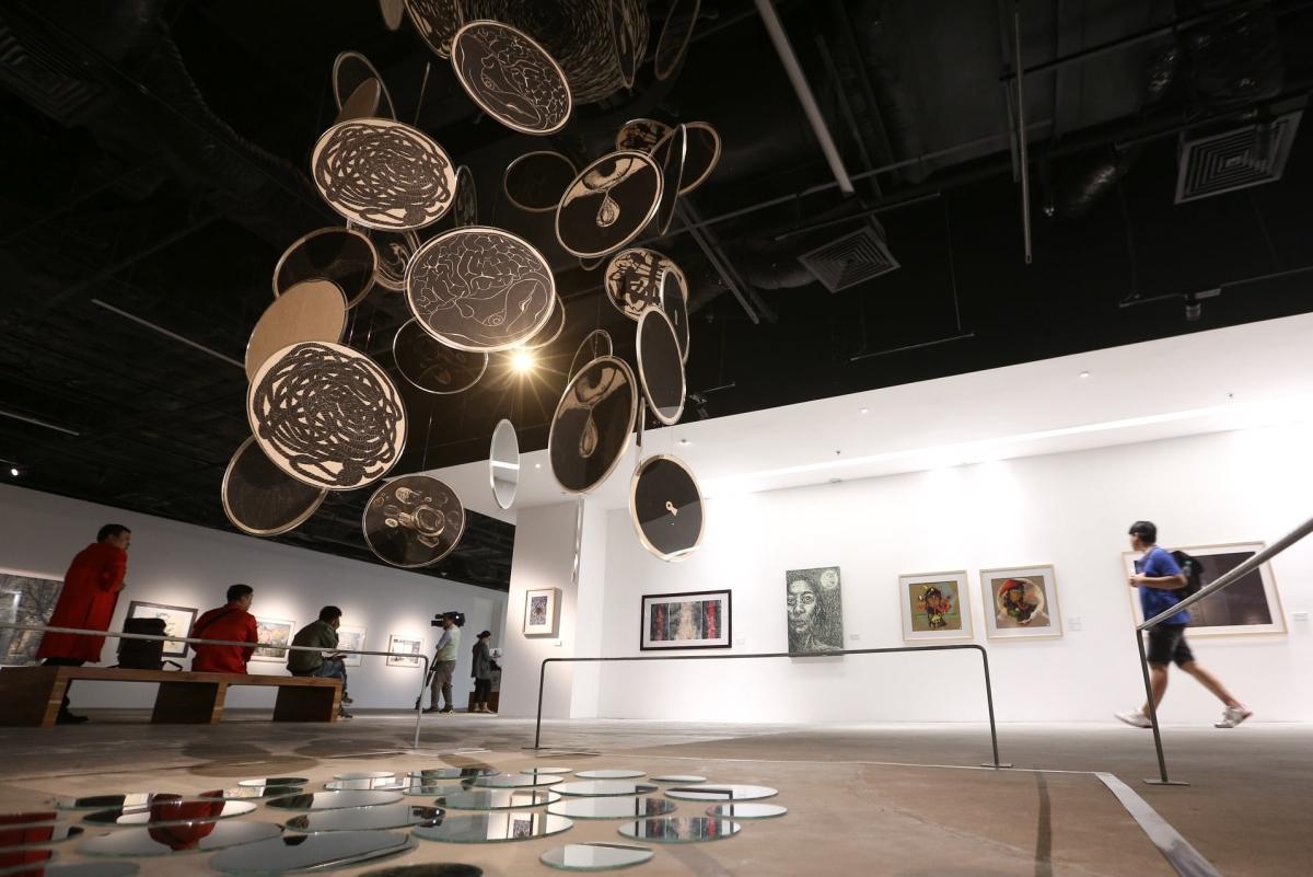Khán giả đến xem Triển lãm tranh đồ họa các nước ASEAN.