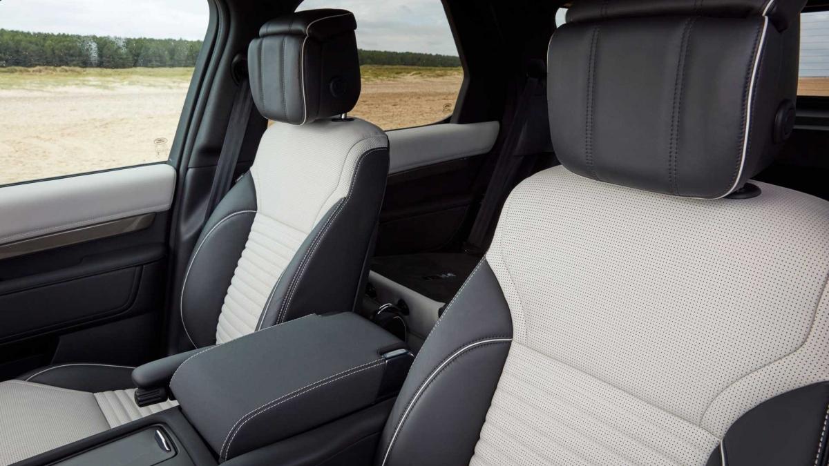 Land Rover cũng lắp đặt những chiếc ghế cao hơn ở hàng thứ 2 hứa hẹn sẽ mang lại sự thoải mái. Ghế sau cũng có các lỗ thông hơi mới và hệ thống kiểm soát khí hậu được cập nhật.