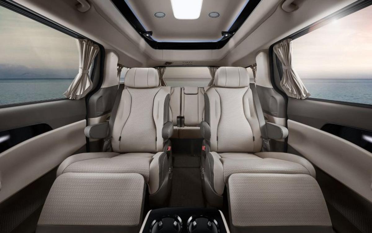 Như đã đề cập ở phần đầu, phiên bản 7 chỗ là phiên bản nên có khi mà hành khách sẽ được tận hưởng một cabin giống như phòng chờ với hàng ghế thứ 2 là ghế thuyền trưởng và chỗ để chân thoải mái – trong khi hàng ghế thứ 3 là băng ghế thông thường có thể đủ chỗ cho 3 người. Trong khi đó, phiên bản 9 chỗ giá rẻ hơn sắp xếp theo bố cục 2-2-2-3.