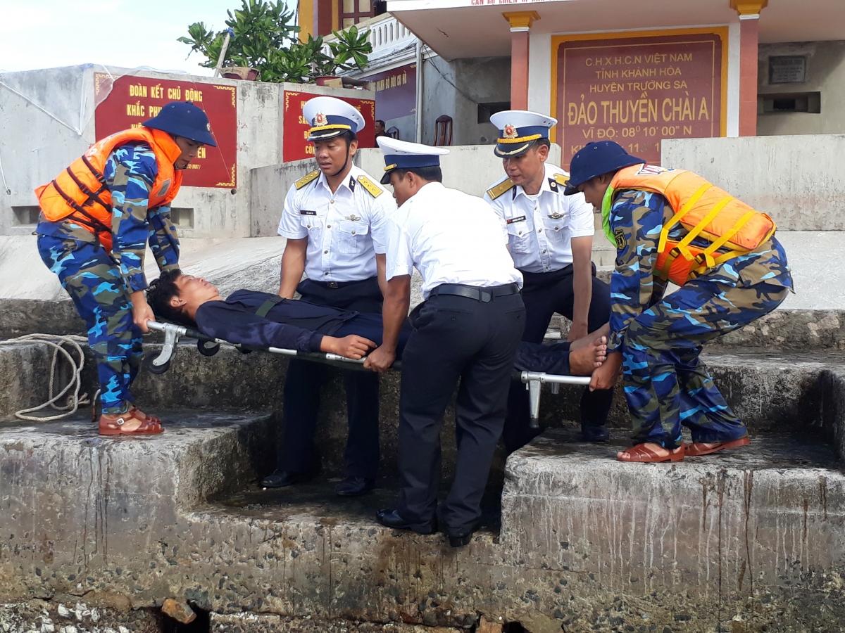 Cấp cứu ngư dân gặp nạn tại đảo Thuyền Chài A.