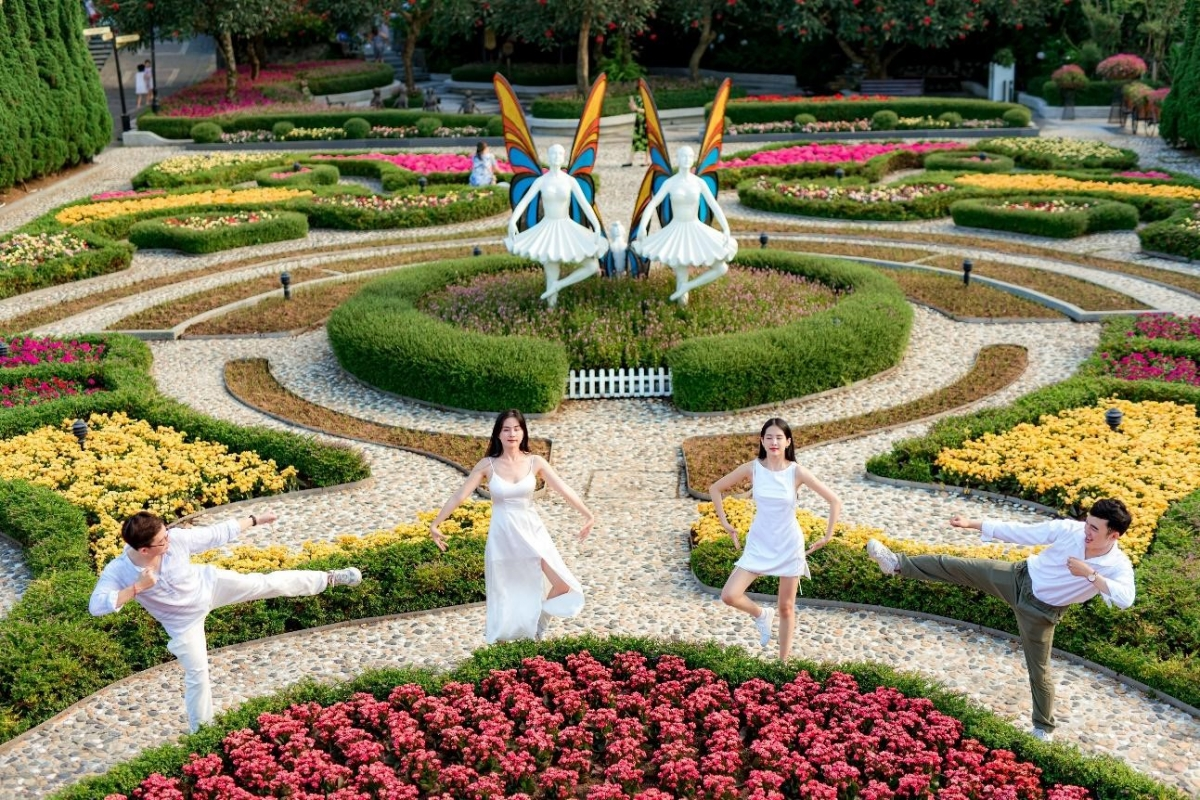 Với 9 vườn hoa rực rỡ quanh năm vô cùng đẹp mắt, bạn không cần phải suy nghĩ nhiều khi đến khu vườn này. Cứ đứng vào bất cứ chỗ nào bạn thích, tạo dáng và bấm máy, thế là bạn đã có một tấm ảnh bay bổng như giữa Paris mộng mơ.