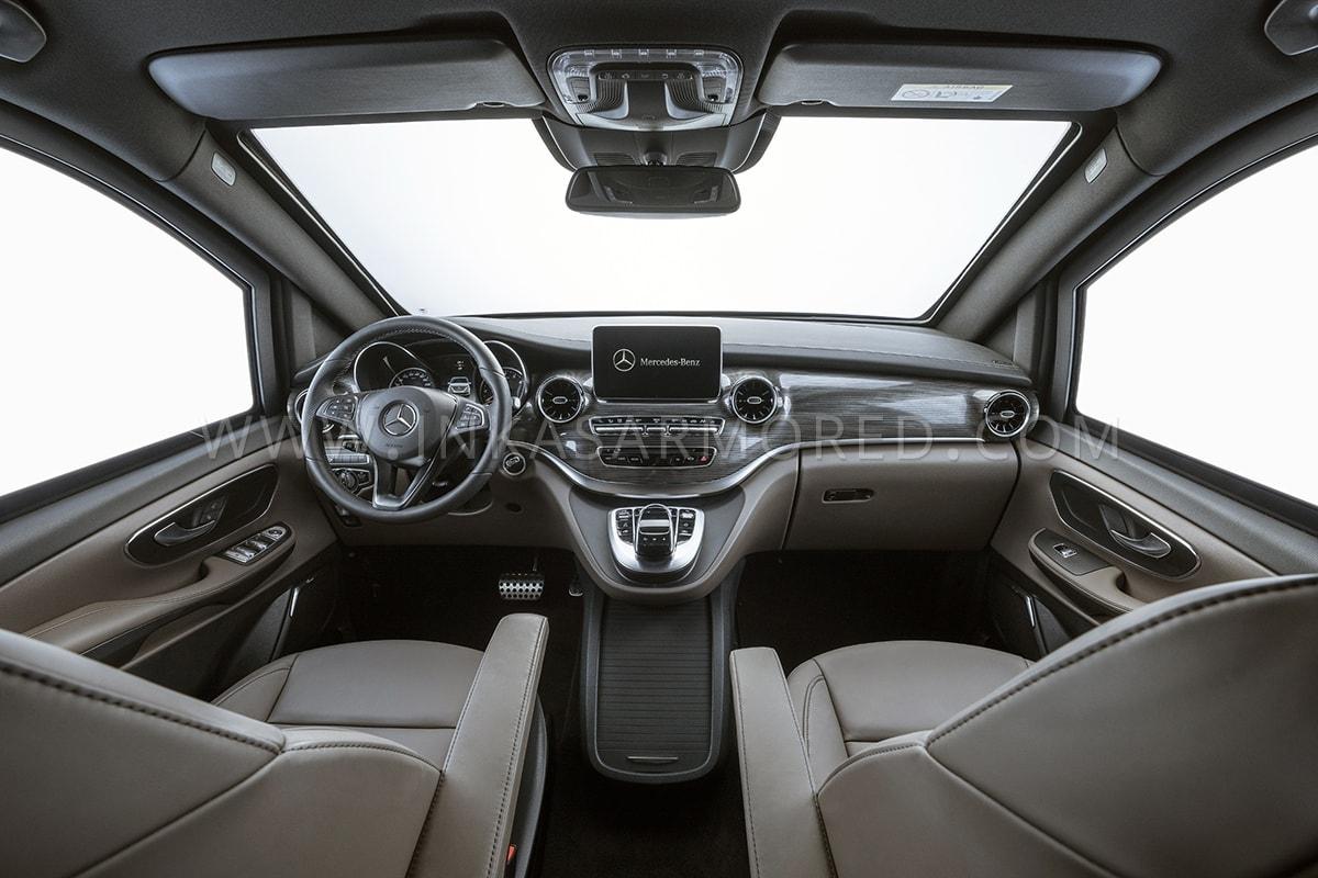 Mặc dù có thể giữ an toàn cho tối đa 8 người trong xe, mẫu V-Class của Inkas vẫn giữ nguyên vẻ bề ngoài như mẫu xe gốc.