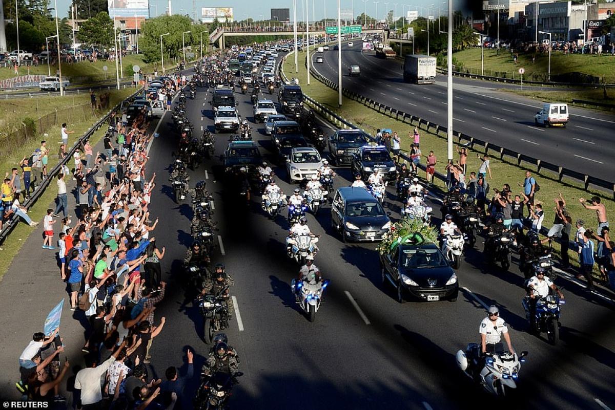 Người dân đứng trên cầu và đường cao tốc khi xe an ninh hộ tống xe tang của Maradona đi trên đường cao tốc 25/5.