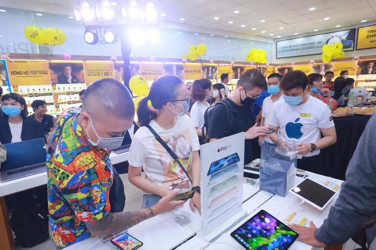 """Chia sẻ thêm về lý do """"lên đời"""" iPhone 12, chị Hồng Phấn (quận 1, TP. HCM) cho biết: """"Mình rất ấn tượng với công nghệ 5G trên iPhone 12, điện thoại của mình hứa hẹn có tốc độ kết nối Internet nhanh vượt bậc, lại còn đảm bảo tính an toàn khi không cần phải kết nối với wifi công cộng nhiều nữa."""" Ngoài việc hỗ trợ băng tầng mạng 5G, Apple đã tăng hiệu năng của iPhone 12 vượt trội so với thế hệ tiền nhiệm với chip Bionic mới, giúp cho việc chiến game hay đa tác vụ đều hoạt động mượt mà và không sợ giật lag."""