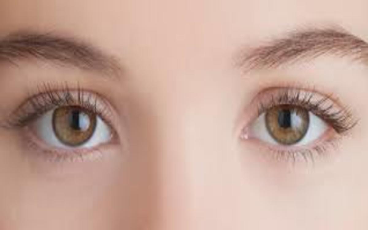 Rửa sạch mí mắt bằng nước ấm vào buổi sáng và buổi tối cũng có thể làm giảm các triệu chứng khô mắt mãn tính, loại bỏ vi khuẩn có thể gây viêm bờ mi.