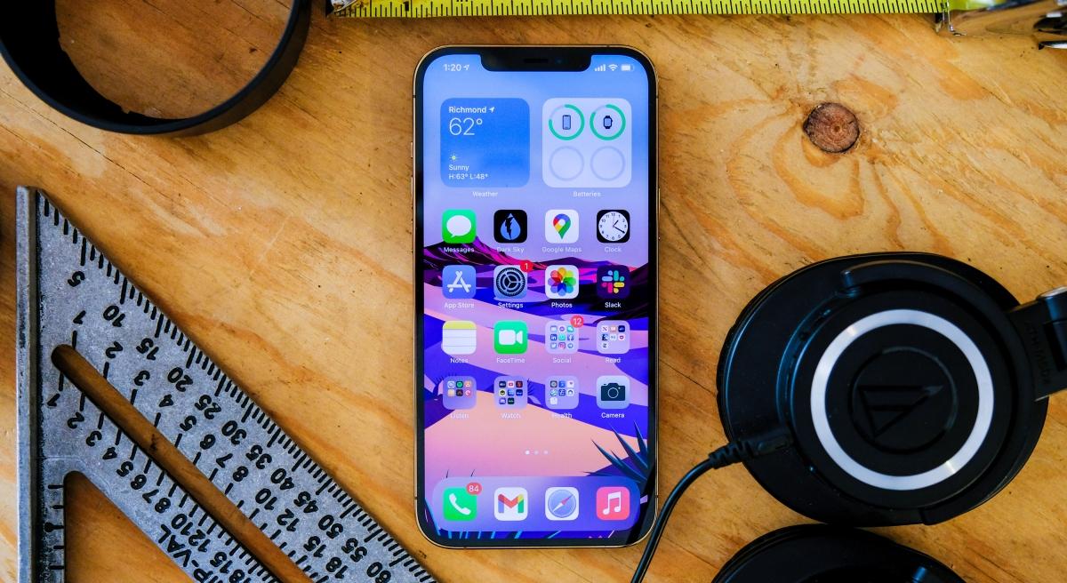 Cũng như các thành viên khác trong gia đình iPhone 12, phiên bản cao cấp nhất hỗ trợ tính năng sạc không dây MagSafe lần đầu tiên được Apple đưa vào. Đây là công nghệ sạc từ tính, có thể giúp tránh trường hợp máy bị dịch chuyển khi đặt trên đế sạc.