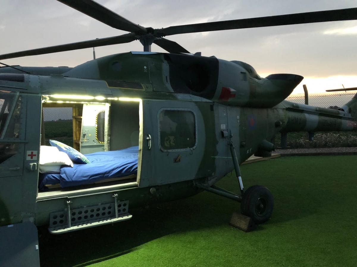 """Sau khi được """"nghỉ hưu"""", trực thăng được biến thành phòng nghỉ dành cho 2 người với giá khoảng 78USD/đêm. Để không gian rộng rãi hơn, nhiều đồ nội thất và thùng nhiên liệu đã được dỡ bỏ."""