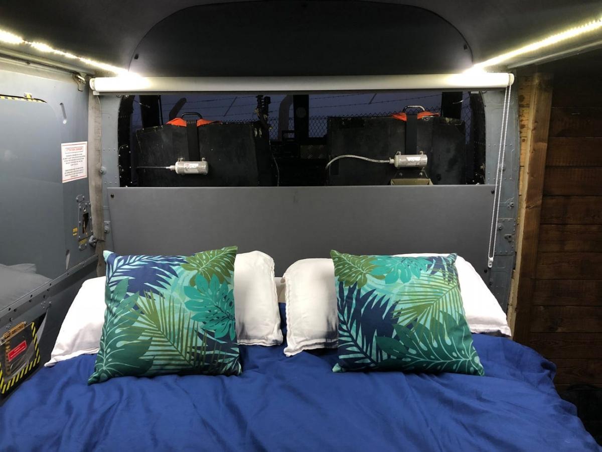 Trong phòng nghỉ có đủ bàn, đèn, ấm đun nước. Sàn máy bay cũng được sưởi ấm. Có cả TV và tủ lạnh nhỏ trong máy bay.