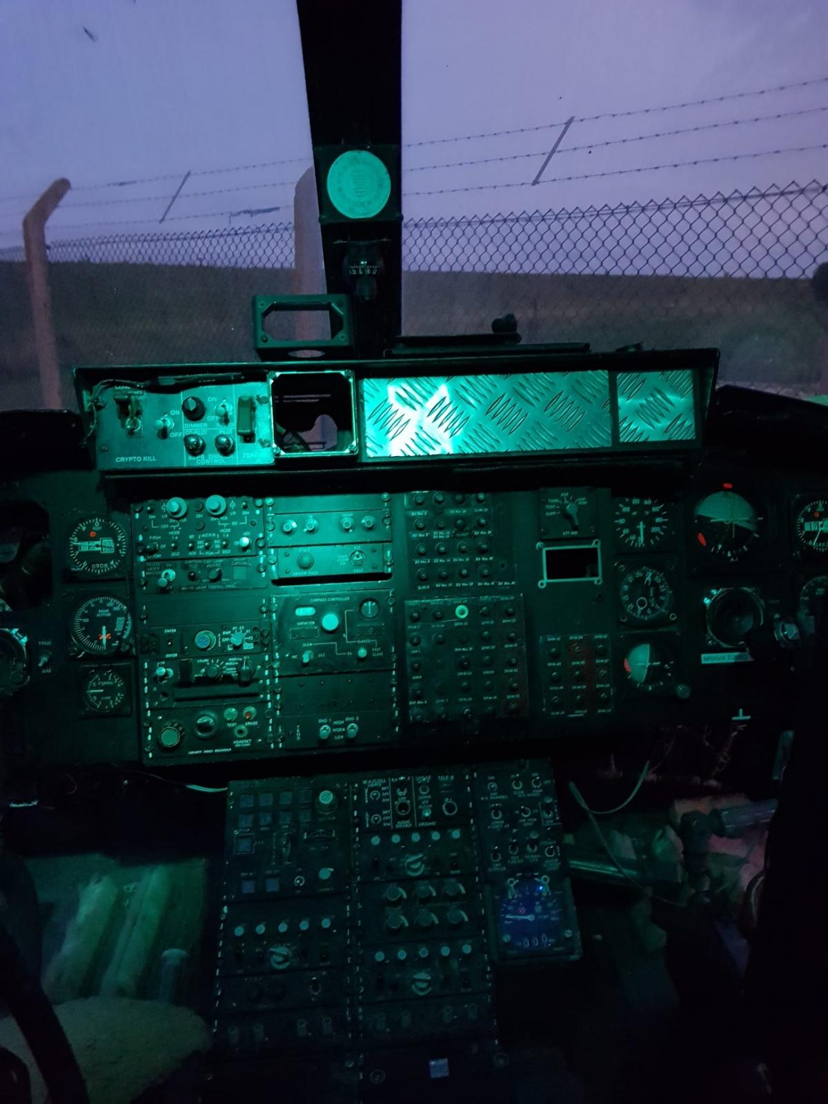 Buồng lái của trực thăng vẫn còn khá nguyên vẹn để du khách ngắm nghía và chụp ảnh.