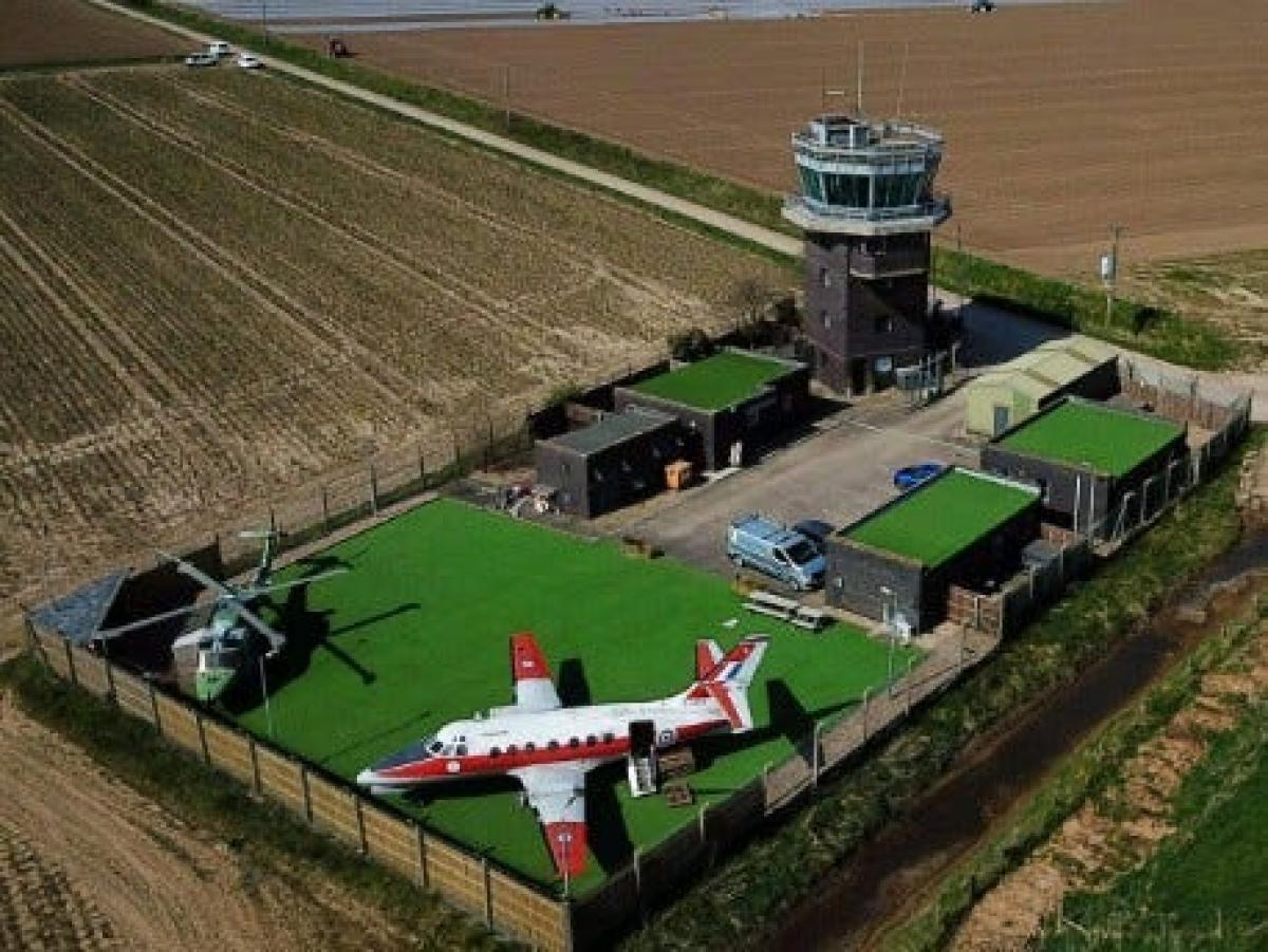 Khu nghỉ kỳ lạ này từng là một cơ sở đào tạo của Không quân Hoàng gia Anh, có tên RAF Wainfleet ở Lincolnshire. Tháp canh, máy bay và khu căn cứ đã được hoán cải thành nơi đón khách du lịch.