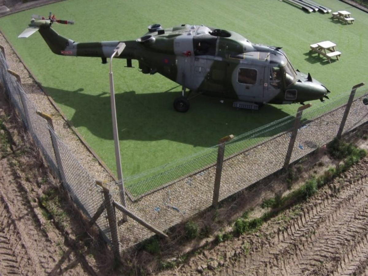 Trải nghiệm nghỉ ngơi ở khu quân sự, với hàng rào dây thép gai bao quanh chắc chắn sẽ cực kỳ đáng nhớ./.