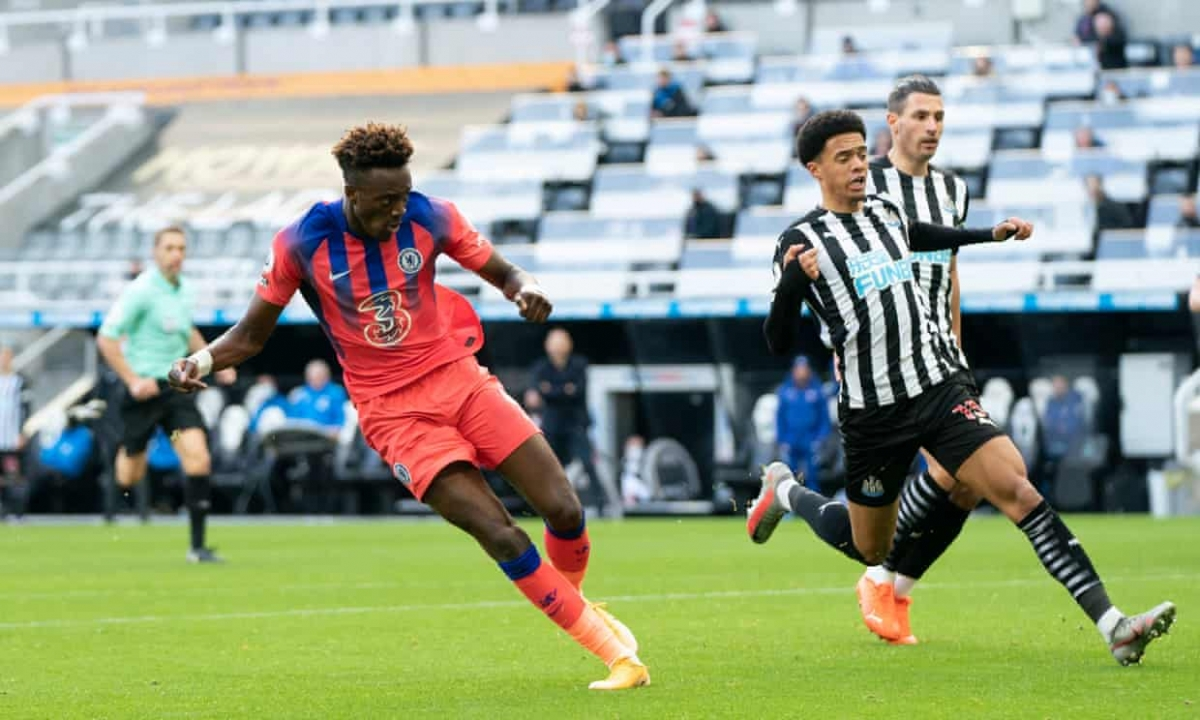 Tammy Abraham xử lý gọn gàng và chuẩn xác trong pha đối mặt thủ môn Newcastle.