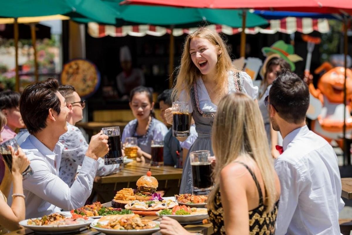 """Nếu nghĩ rằng đến Beer Plaza chỉ để uống bia thì bạn đã... nhầm! Ngoài những loại bia hảo hạng và những món nướng thơm lừng khiến bạn có cảm giác như đang lạc giữa một con phố hội hè của châu Âu, thì Beer Plaza với không gian đường phố Âu bên ngoài và cực chill bên trong còn là """"phim trường"""" lý tưởng cho các bức hình nữa đấy."""