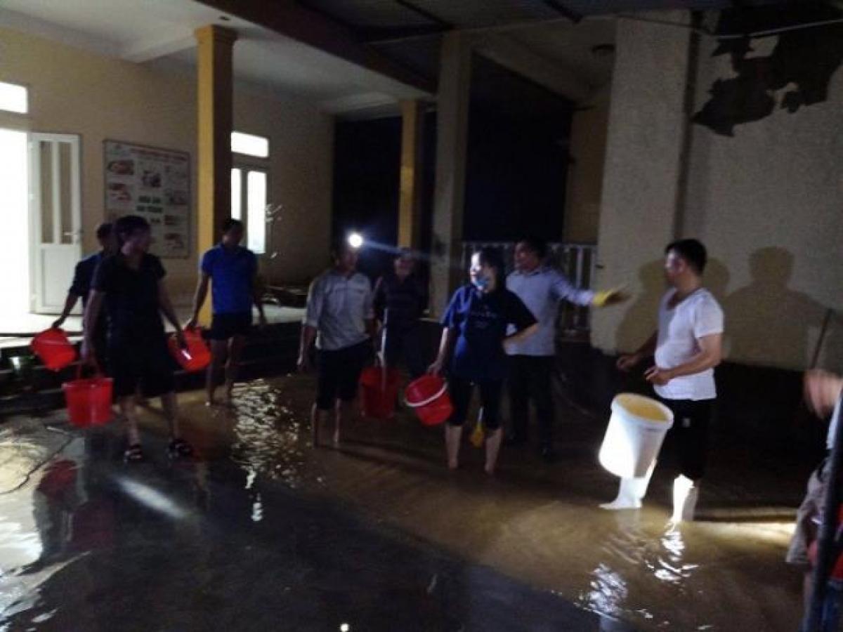 Trả lời VTC News, ông Nguyễn Phi Phượng, Chủ tịch UBND xã Xuân Hồng cho biết, hiện nước đã rút, địa phương tập trung chỉ đạo khắc phục hậu quả. Trong đó, các trường học, trạm y tế, nhà làm việc UBND xã đồng loạt ra quân tổng dọn vệ sinh.
