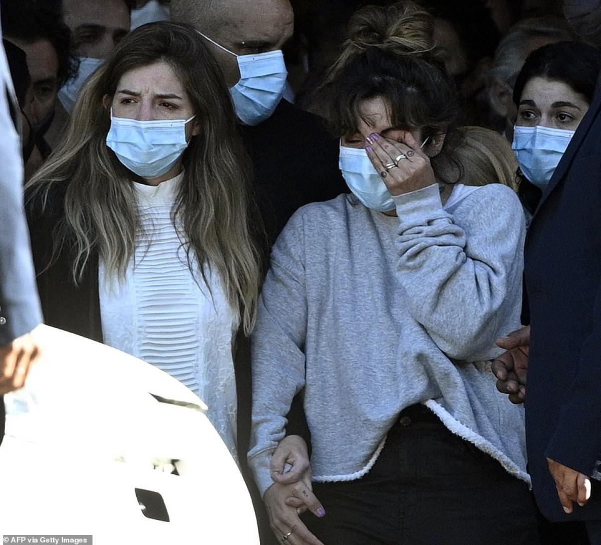 Hai người con gái của Maradona là Dalma và Giannina tiếc thương người cha quá cố.