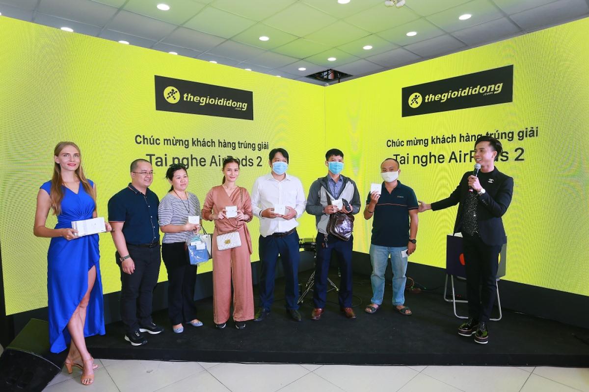 Dự kiến, trong mùa mua sắm tết Dương lịch và cận Tết Nguyên đán, cơn sóng tạo bởi siêu phẩm iPhone 12 sẽ còn tạo nên những kỉ lục bán hàng mới cho Thế Giới Di Động nói riêng và ngành hàng Apple tại Việt Nam nói chung.