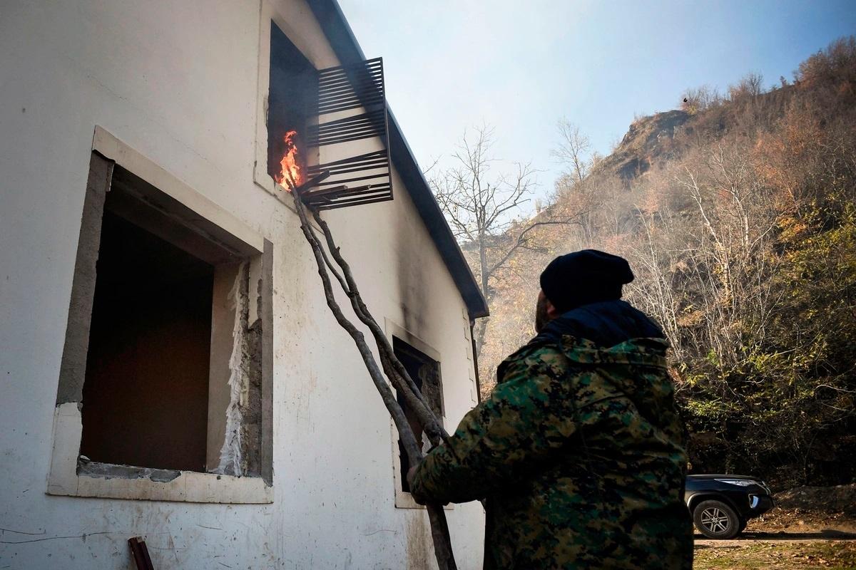 Một cư dân Armenia phóng hỏa đốt nhà mình ở ngôi làng Charektar (ngoại ô Kalbajar) trước khi di tản sang Armenia trước thời hạn bàn giao lãnh thổ này cho phía Azerbaijan. Ảnh: AFP.