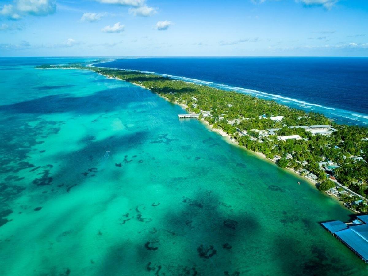 Du khách có thể đi thăm cả Paris và London ở quốc đảo Kiribati.