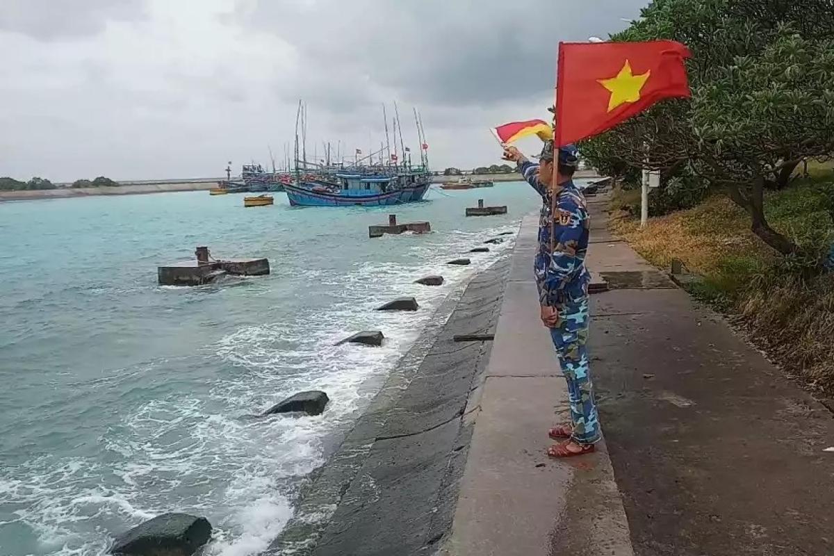 Đảo Song Tử Tây hỗ trợ ngư dân khi vào âu tàu neo đậu, tránh trú.