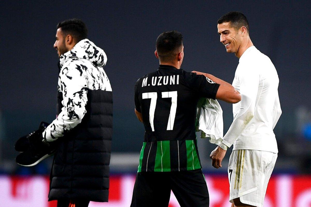 Kết thúc trận đấu, Myrto Uzuni có thêm kỷ niệm đẹp khi đổi áo cùng Cristiano Ronaldo.