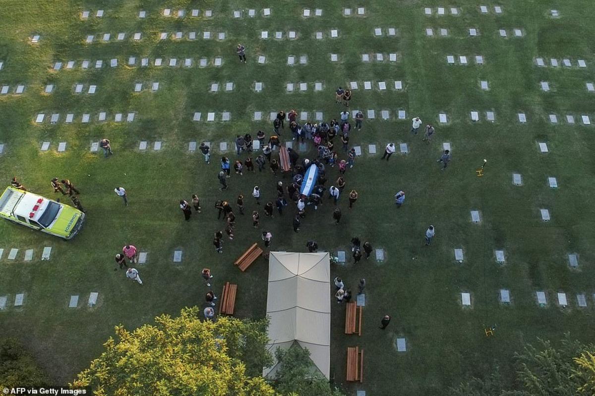 Huyền thoại Maradona được chôn cất tại nghĩa trangJardin Bella Vista, ngoại ô Buenos Aires, nơicha mẹ của ông đang yên nghỉ./.