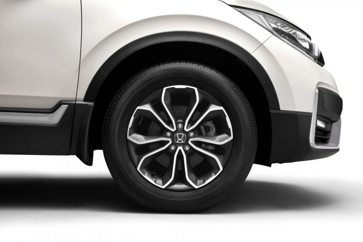 Trên phiên bản cơ sở mâm 17 inch vẫn giữ nguyên thiết kế 5 chấu, nhưng bản turbo được trang bị mâm 18 inch 5 chấu thay cho kiểu tua bin như trước đây. Những chiếc CR-V turbo vẫn là biến thể duy nhất có mở cốp trợ lực giờ đã được nâng cấp với chức năng mở rảnh tay, bạn chỉ cần đá chân bên dưới cản sau là có thể mở được cốp.