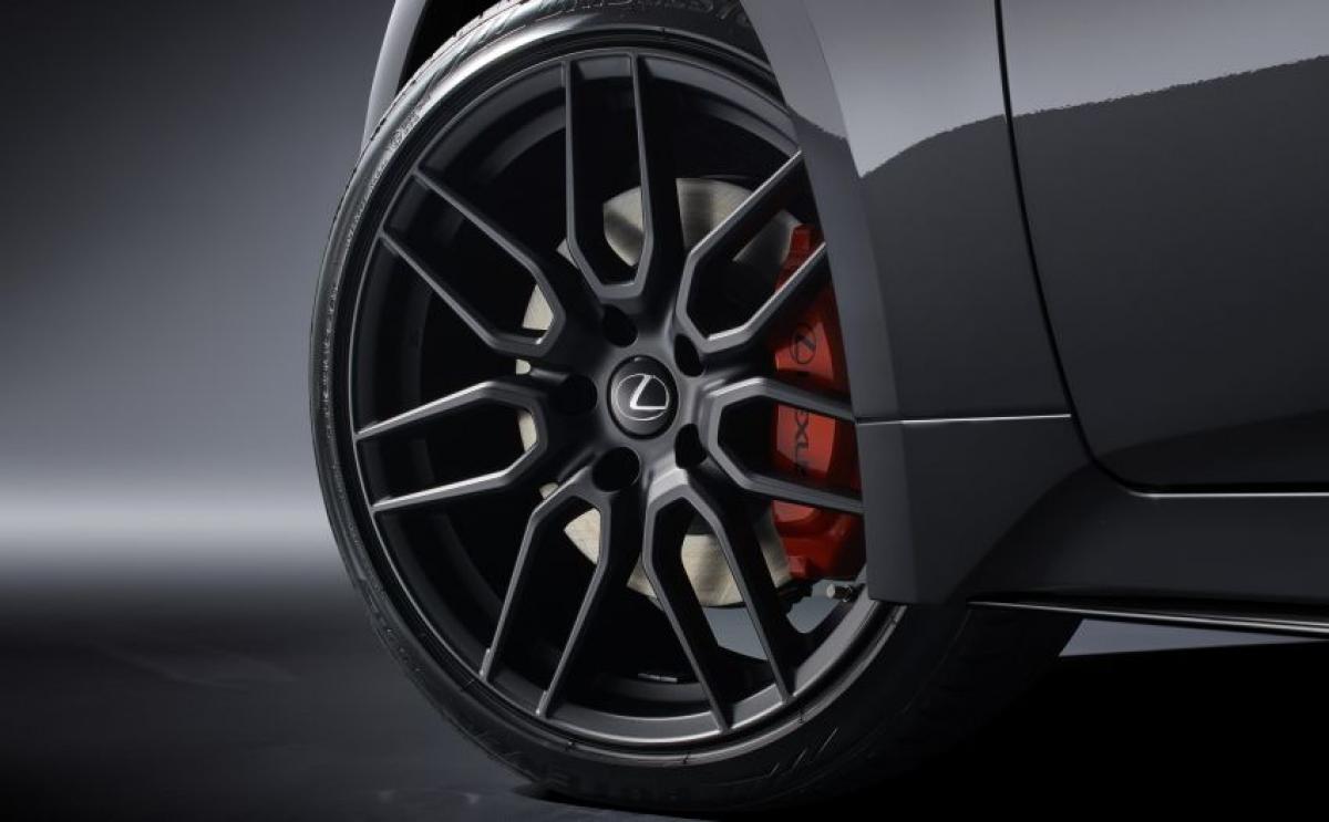 Được phát triển tại Trung tâm kỹ thuật Shimoyama mới, IS nhận được những thay đổi đáng kể về khung gầm để tăng độ cứng thân xe và cải thiện khả năng xử lý. Lexus bổ sung các mối hàn tại chỗ cho những chi tiết phía trước, tối ưu hóa cột C và cấu trúc máy cũng như gia cố các thanh đỡ tản nhiệt bên giúp phản ứng lái tốt hơn cũng như giảm ồn và rung động. Mâm xe có kích thước lên tới 19 inch.