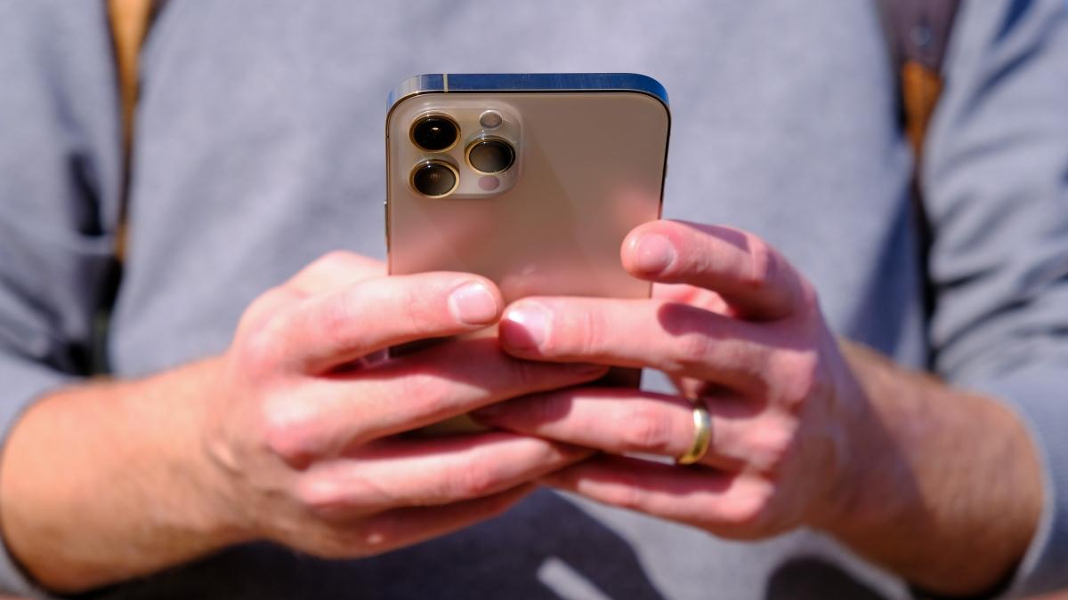 Mặc dù có kích thước màn hình lớn nhưng iPhone 12 Pro Max không quá lớn so với iPhone 11 Pro Max (6,5 inch) cũng như iPhone 8 Plus (5,5 inch) do thiết kế viền mỏng và khung phẳng như iPhone 4, thay vì bo tròn như các iPhone gần đây.