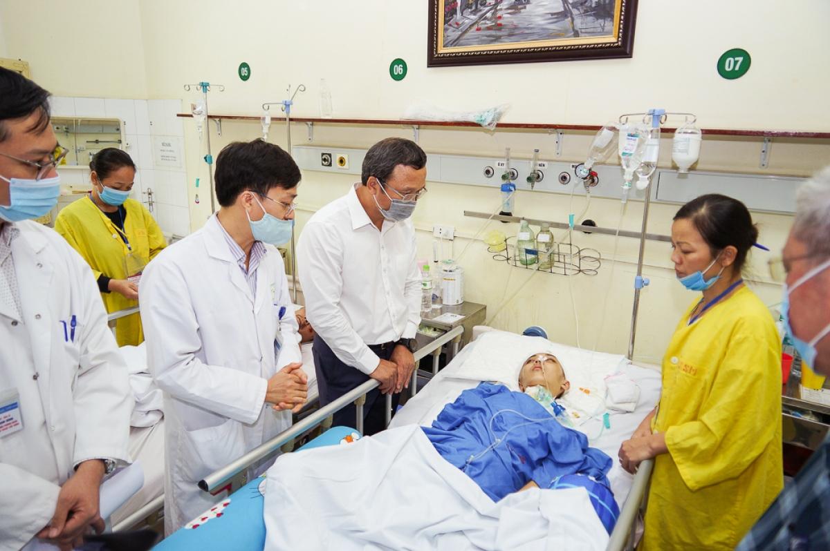 Phó Chủ tịch chuyên trách Ủy ban ATGT Quốc gia Khuất Việt Hùng và đoàn công tác trực tiếp thăm hỏi, động viên và trao những phần quà san sẻ gánh nặng đối với các nạn nhân, gia đình nạn nhân bị TNGT có hoàn cảnh khó khăn tại bệnh viện Việt Đức.