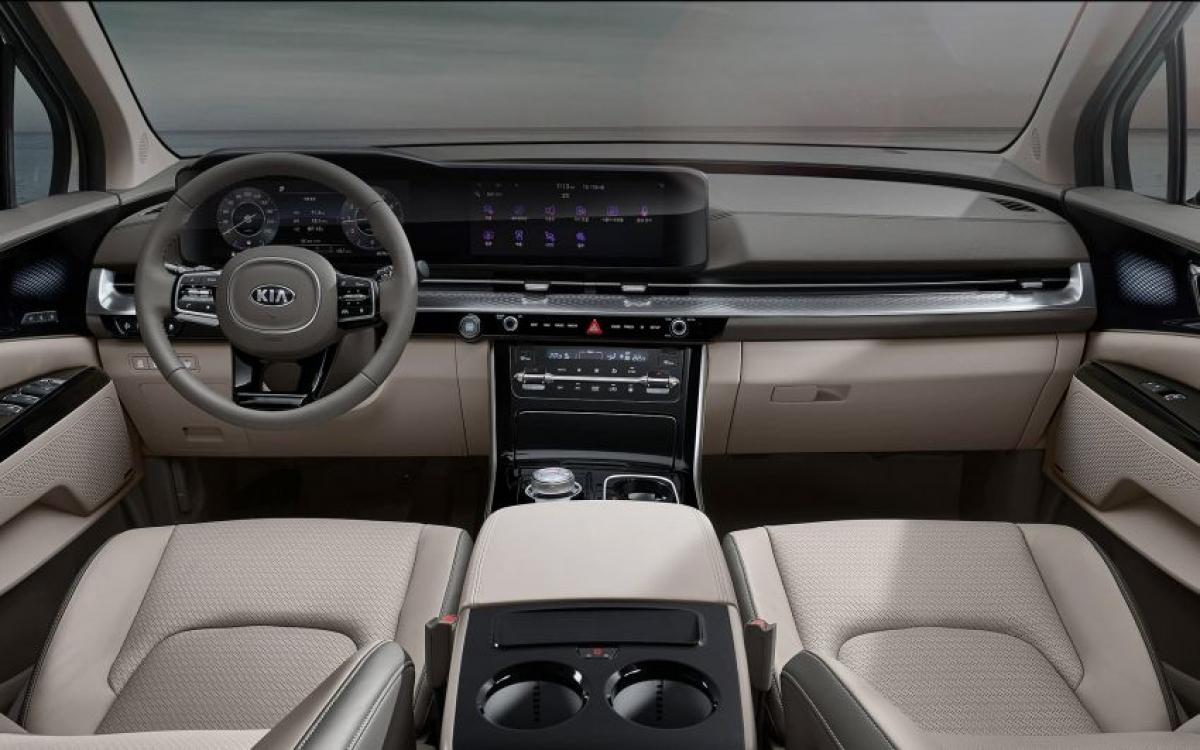 Hệ thống hỗ trợ người lái và trang bị an toàn cũng tương tự, chiếc Hi Limousine sẽ sở hữu 7 túi khí, hệ thống ổn định xe, ABS, EBD, hỗ trợ phanh, phanh khẩn cấp, hỗ trợ chệch làn đường, tránh va chạm giao thông phía sau, cảnh báo chú ý người lái, hỗ trợ chùm sáng cao và kiểm soát hành trình chủ động.