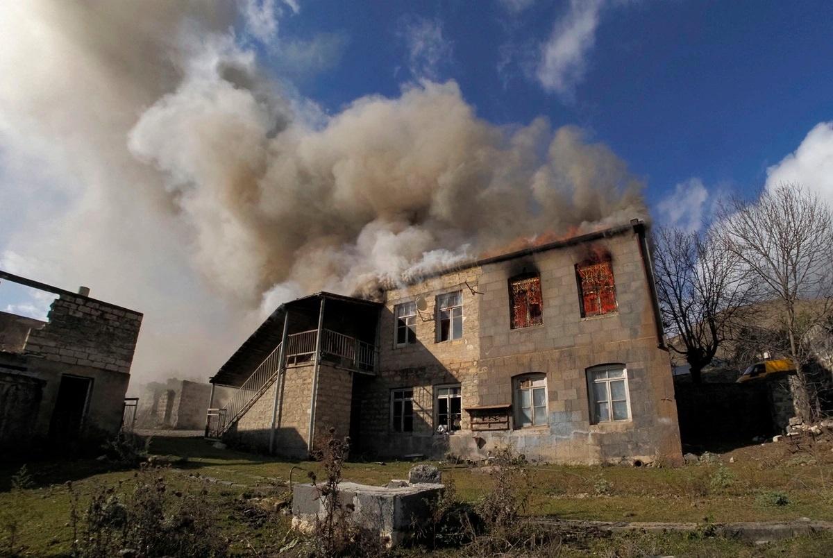 Một ngôi nhà khác của người Armenia chìm trong khói. Ảnh: AP.