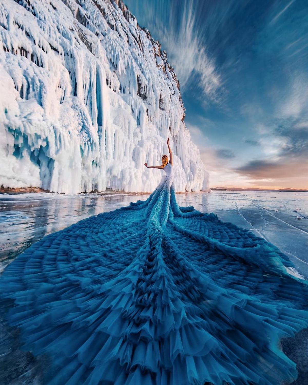 Một nhiếp ảnh gia người Nga đã khiến người xem sững sờ vì những bức ảnh đẹp như tranh vẽ. Ông đã đi du lịch khắp thế giới, ghi lại khoảnh khắc khi những điệu múa của con người hoà quyện với vẻ đẹp của thiên nhiên. Trong ảnh là vũ côngElizaveta Ovcharenko với bộ váy khổng lồ giữa băng tuyết vùng Baikal.