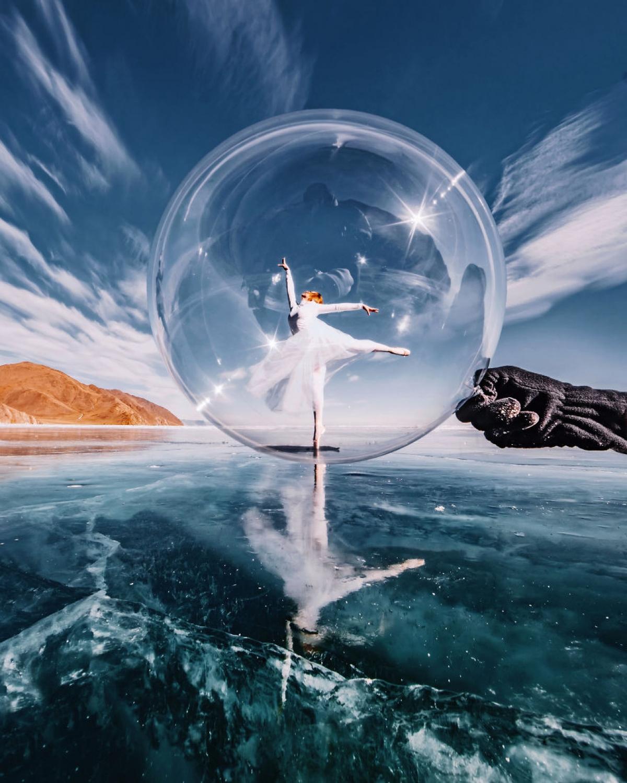 Elizaveta Ovcharenko tạo dáng trong quả bóng khổng lồ giữa vùng Baikal.