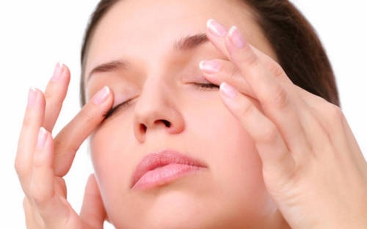 Massage nhẹ nhàng khu vực mắt trong vài phút để kích thích tuyến lệ và giảm khô mắt vào buổi sáng và trước khi đi ngủ.