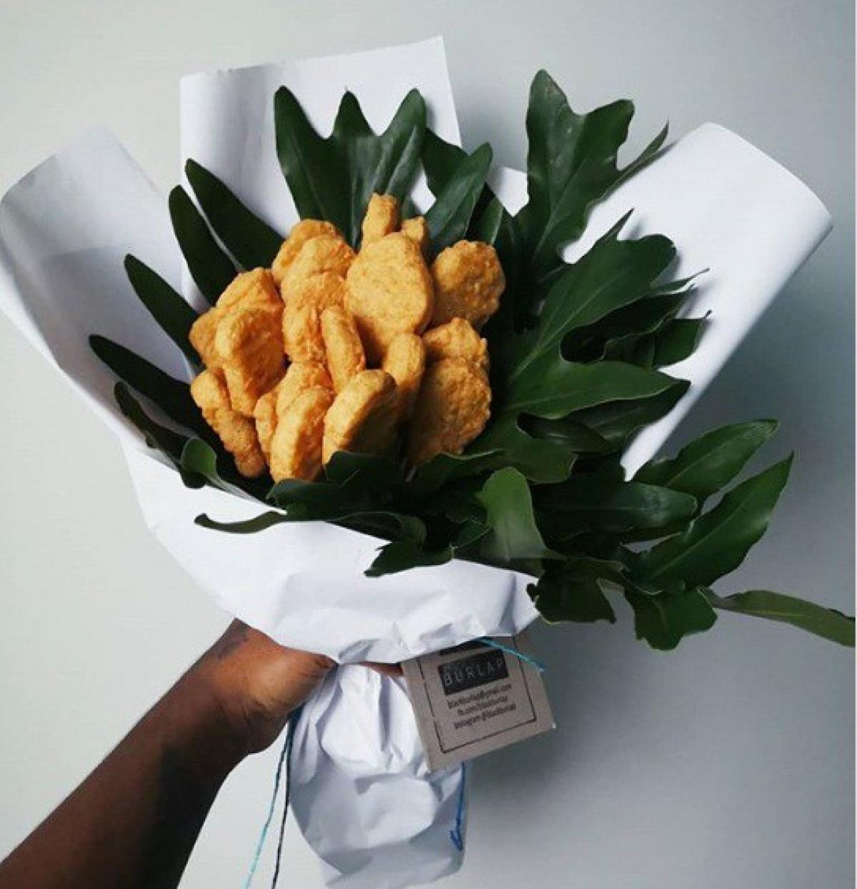 Bó hoa được tạo nên từ các nguyên liệu khá đơn giản như que tre, giấy gói hoa, thức ăn, lá cây...
