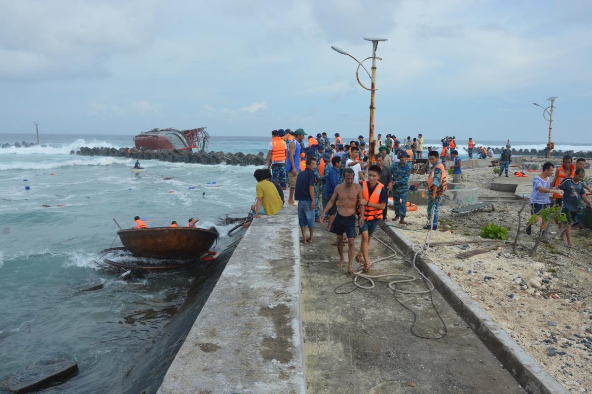 Đảo Song Tử Tây cứu ngư tàu cá Quảng ngãi bị sóng đánh lật tàu trong cơn bão số 12 năm 2017.