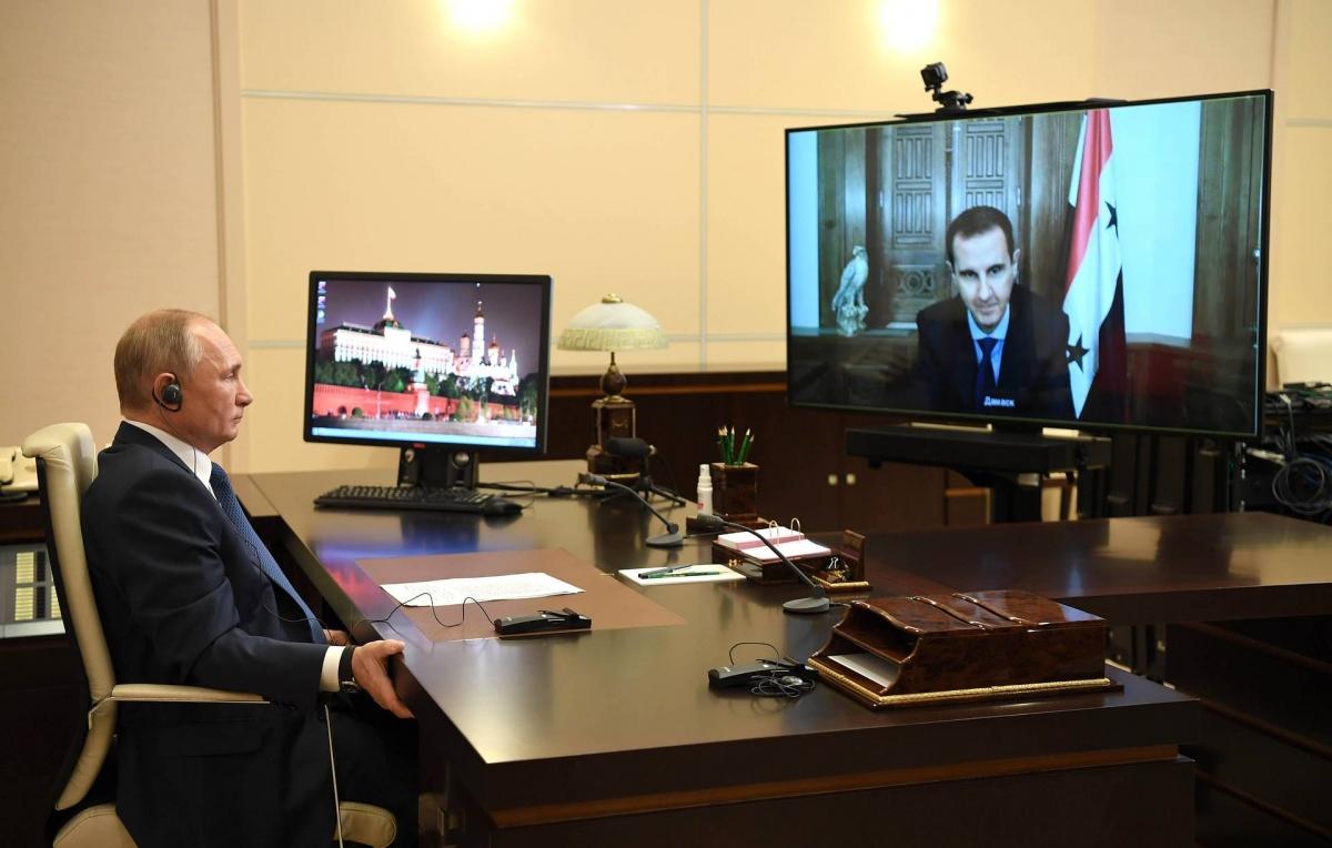 Tổng thống Nga V.Putin và Tổng thống Syria B.Asad trên màn hình tại cuộc gặp trực tuyến. Nguồn: Tass