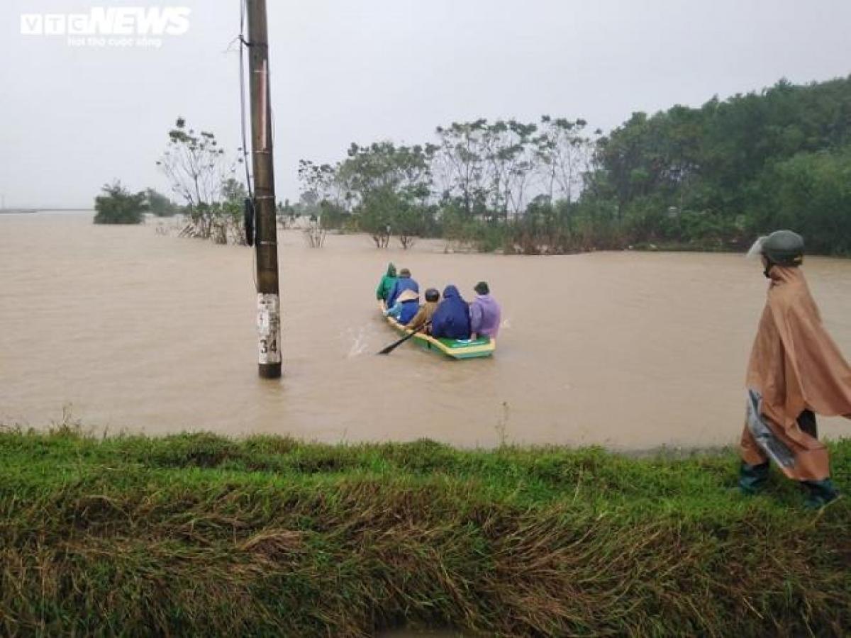 Nhiều địa phương đã bị nước lũ cô lập, phải di chuyển bằng xuồng đến khu vực an toàn.