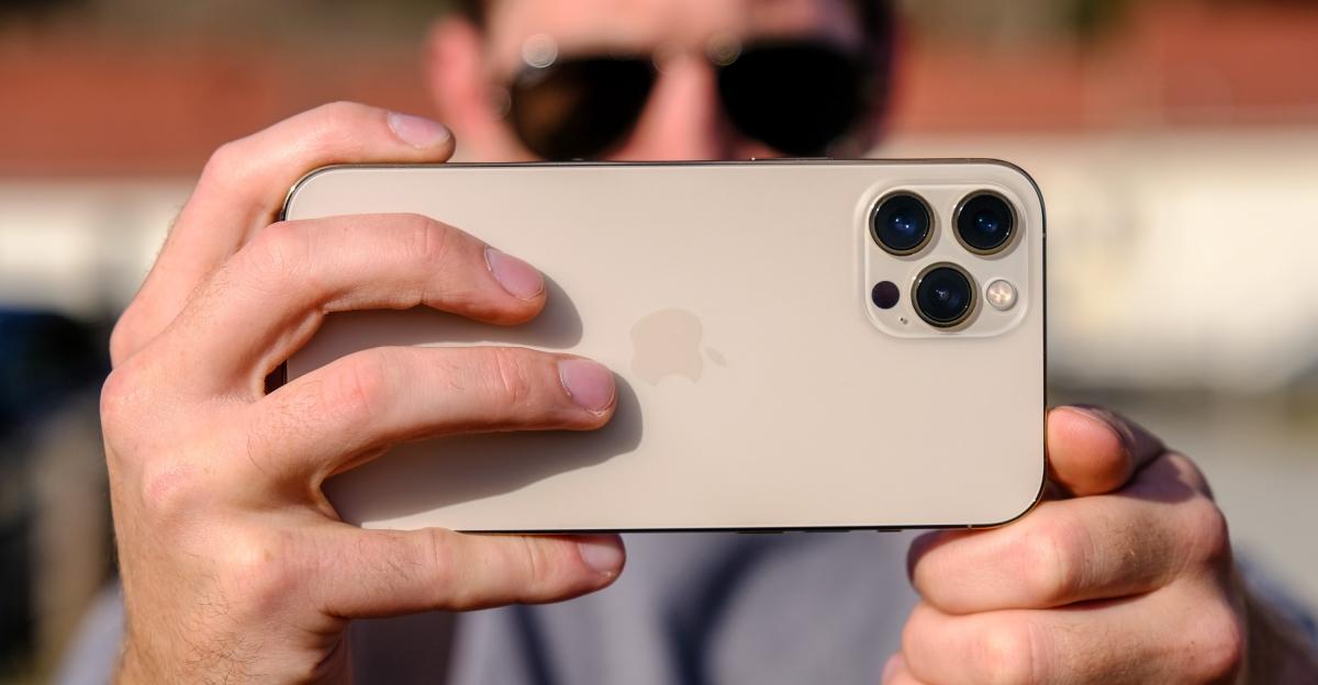 Cảm biến LiDAR làm cho các ứng dụng AR chạy tốt hơn và giúp lấy nét trong điều kiện ánh sáng yếu, cho phép người dùng chụp ảnh chân dung thiếu sáng, điều mà các mẫu iPhone trước đây chỉ giới hạn trong điều kiện ban ngày.