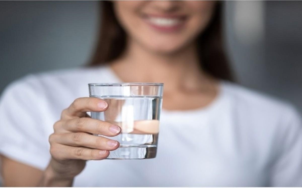 Bắt đầu buổi sáng với một ly nước: Uống đủ nước và sử dụng thuốc nhỏ mắt có thể giúp khắc phục kích ứng, đỏ và các triệu chứng khác của khô mắt mạn tính./.
