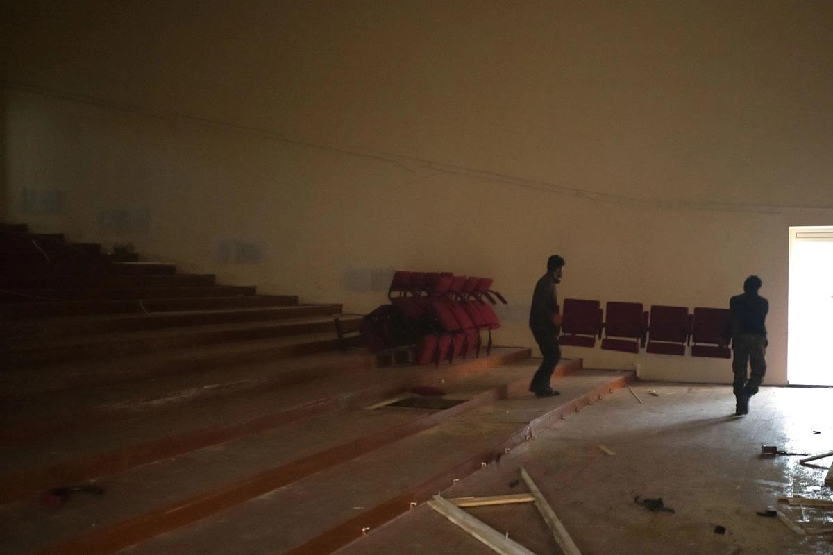 Người Armenia khuân nốt ghế khỏi một nhà hát để mang theo khi họ di tản khỏi vùng này. Ảnh: Getty.