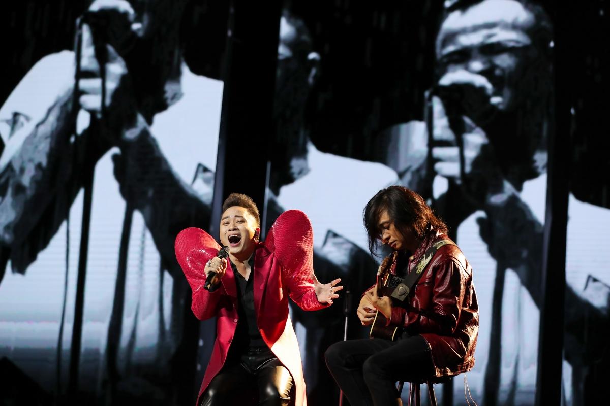 """Tùng Dương thể hiện ca khúc """"Cơn mưa tháng 5"""" đầy xúc động."""