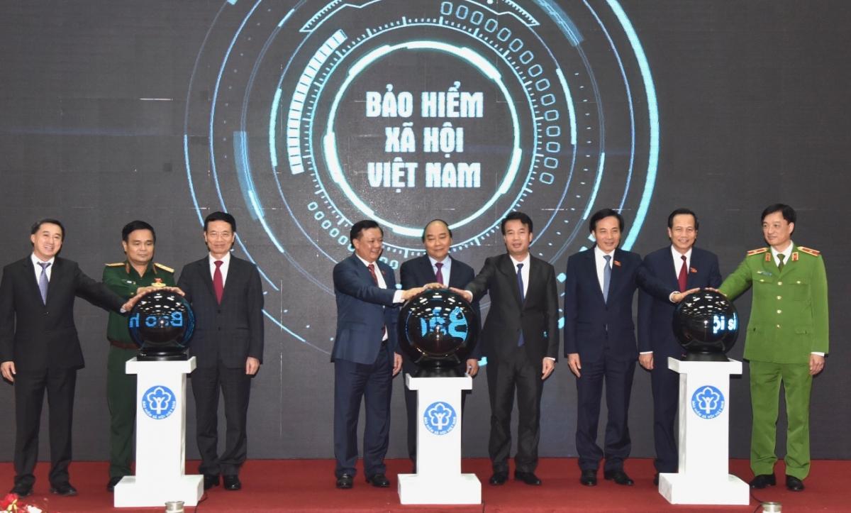 """Thủ tướng và lãnh đạo các cơ quan chức năng bấm nút công bốứng dụng """"VssID-Bảo hiểm xã hội số"""" (Ảnh: Trần Hải)."""