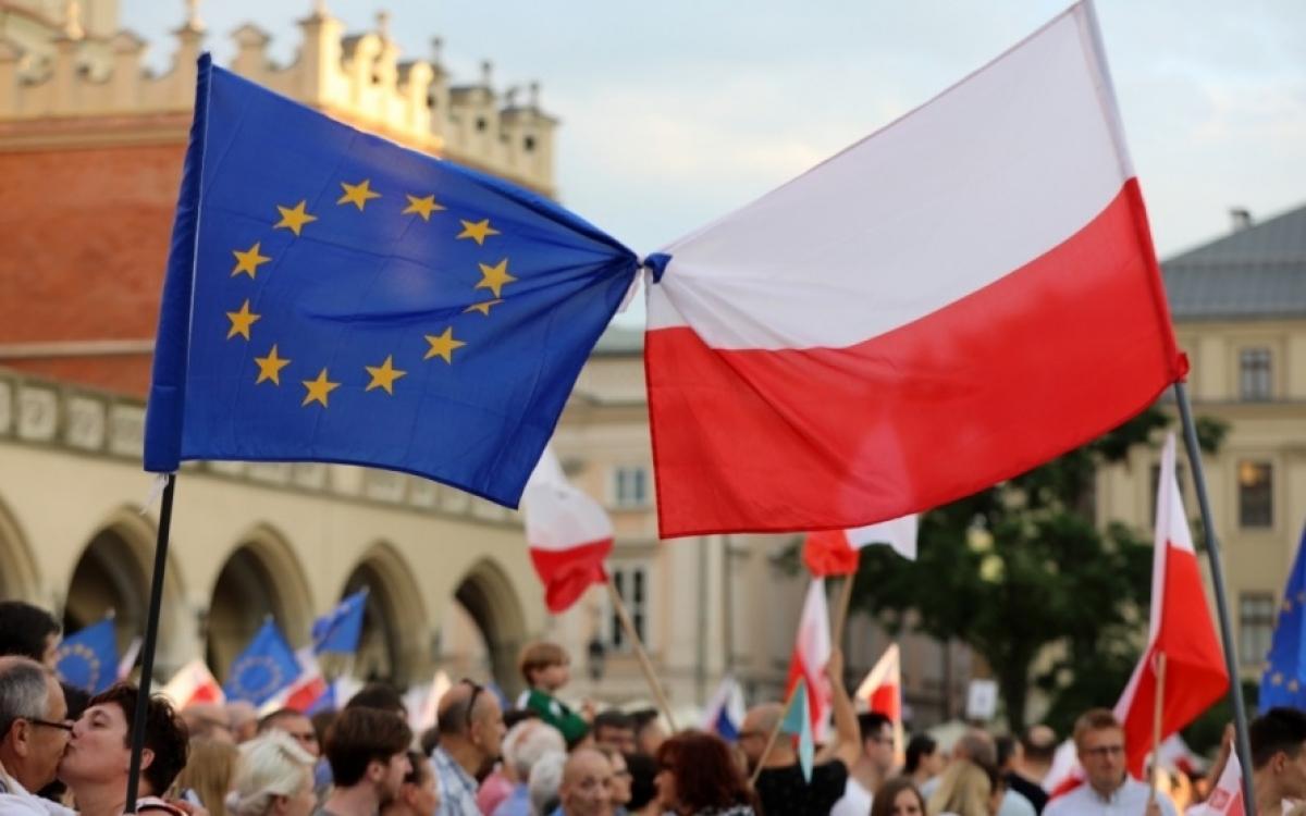 Cờ EU và Ba Lan. Ảnh: Emerging Euope.